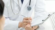 病院にて医師の診断を受けるイメージ